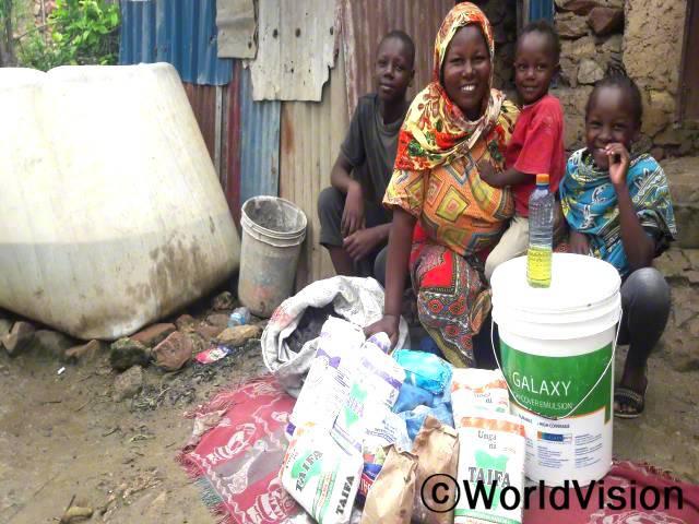 """""""월드비전의 도움으로 현금을 지원받아 식료품과 위생용품 등 생활에 필요한 물품을 구입할 수 있었어요. 특히 식료품은 아이들의 끼니를 해결하는 데 많은 도움이 되었답니다. 하루빨리 일상생활로 돌아가 모든 것이 제자리를 찾았으면 하는 바람입니다."""" -그레이스(47세)년 사진"""