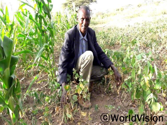 월드비전의 교육을 통해 제 삶은 완전히 달라졌습니다. 이전에 저는 농사를 지을 수 있도록 토지를 경작하는 방법을 잘 몰랐습니다. 지금은 빗물을 활용하여 작물을 수확하며 자급자족할 수 있게 되었습니다.년 사진