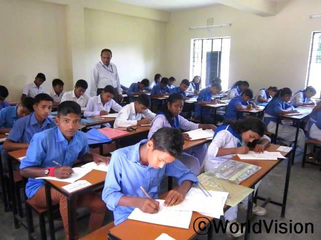 전에는 학교에 책상이 부족했었는데, 이제는 모든 아이들에게 수업에 집중할 수 있는 책상이 생겼어요.