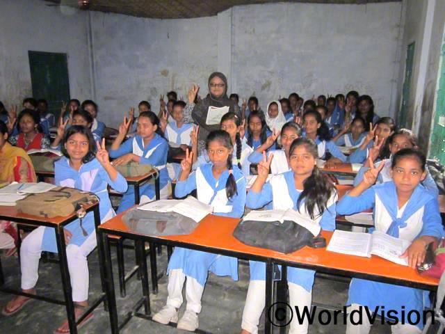 월드비전 디나즈푸르 사업장에서 지원받은 가구들로 이제 아이들은 수업에 더욱 집중할 수 있게 되었습니다.년 사진
