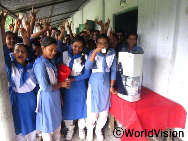 아이들은 월드비전이 지원한 깨끗한 위생 식수 사업을 통해서 학교에서 깨끗한 물을 마실 수 있게 되었습니다.년 사진