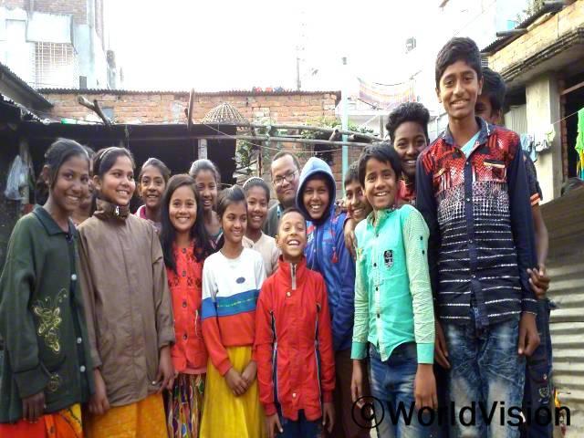 방글라데시 디나즈푸르 지역개발사업장 팀장 아누쿨 씨와 지역사회 아동들의 모습입니다.년 사진