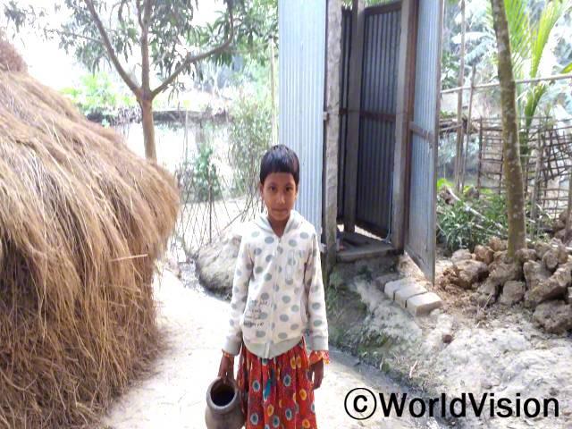 저는 예전엔 우리 밭을 화장실로 이용하곤 했어요. 그러나 저는 이제 이것이 질병을 일으키고, 새로운 화장실을 사용하는 것이 더 건강에 좋다는 것을 알아요. -캄룬(7세)년 사진