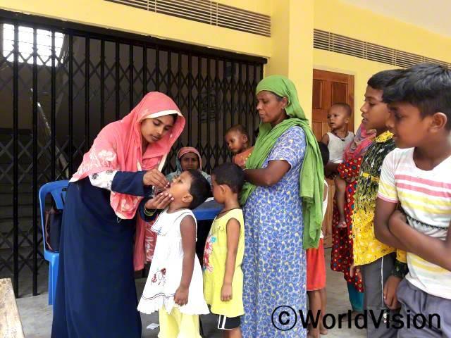 """""""마을 주민의 위생관리를 도울 수 있어 정말 기뻐요. 영양실조를 줄이고, 위생 습관을 훈련하도록 도와아이들이 건강하게 지낼 수 있도록 지원하고 있어요."""" - 샤플라(26세, 마을위생관리위원회 회원)년 사진"""