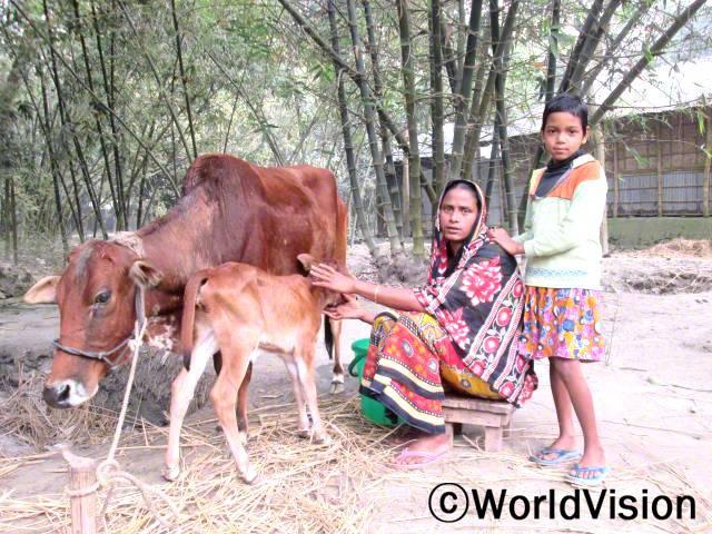 """""""월드비전에서 소를 지원해주셨어요. 덕분에 수입이 늘어 아이들을 잘 키울 수 있고, 우유도 마실 수 있어요."""" -지아라(어머니)년 사진"""