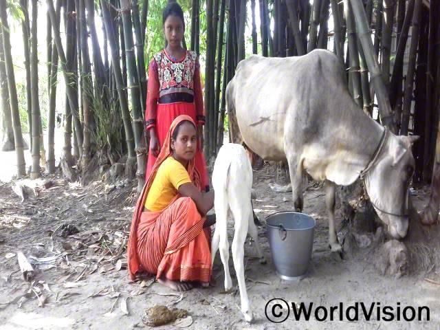 제 남편의 수입만으로는 저희 가족이 살기 힘들었어요. 소를 기르는 법을 배우면서 이제 저희 가족은 우유를 팔아 잘 지낼 수 있게 되었어요. -쿨숨, 엄마년 사진