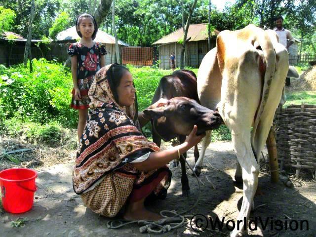 알씨의 어머니 사파리는 월드비전에서 지원받은 암소를 집에서 길러서 우유를 짜고 있습니다. 이제 알씨는 우유를 자주 먹을 수 있게 되었고, 남은 우유를 장터에 팔아서 수입을 얻게 되었습니다. 이제 알씨의 가족은 전보다 더 행복해졌습니다.년 사진
