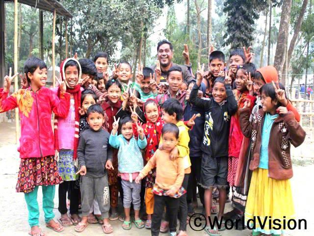방글라데시 키쇼르곤즈 지역개발사업장 팀장 우탐 씨와 지역사회 아동들의 모습입니다.년 사진