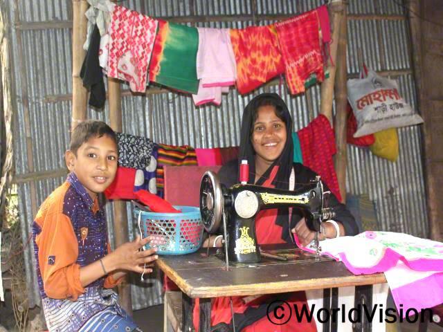 예전에 저희 엄마는 재봉을 어떻게 하는지 모르셨어요. 재봉기술을 배운 이후, 엄마는 옷을 만들어 돈을 벌어 저의 학비를 지원해주실 수 있게 되었어요. -모노짓(10살)년 사진