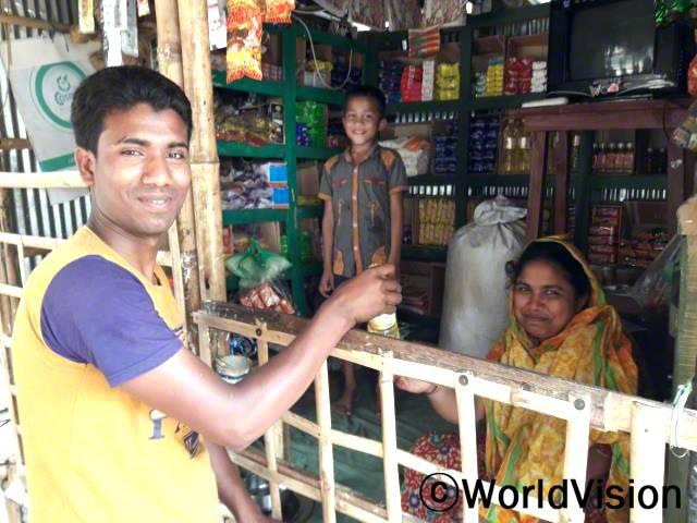 """""""월드비전의 도움으로 작은 식료품 가게를 운영하면서 아이들의 끼니를 챙겨줄 수 있게 되었고 미래를 위한 저축도 할 수 있게 되었습니다."""" –파히마(맨 오른쪽)년 사진"""