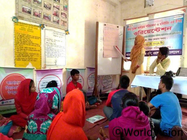 아동모임 지도자들은 월드비전의 훈련을 받은 후 마을 아이들을 대상으로 아동 모니터링 방법에 대해 교육합니다.년 사진