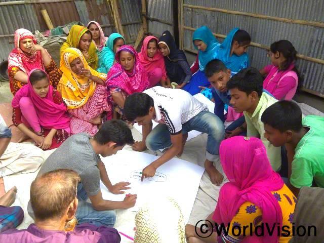 마을에서는 아동복지를 향상시키기 위해 마을의 중요한 문제에 아이들이 직접 참여하여 결정하도록 합니다.년 사진