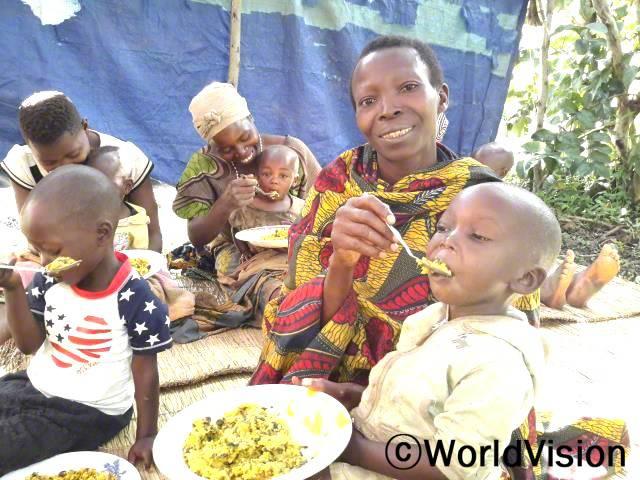 """""""월드비전에서제공하는 영양 교육을 받았어요.균형잡힌 식사를 준비하는 방법을 배운덕분에 아이들이 영양실조에 걸리지 않고건강하게 잘 자라고 있답니다."""" -조세핀(7명의 자녀를 둔 어머니)년 사진"""