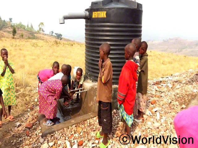 우리의 몸과 학교에 위생과 보건에 대한 많은 발전이 있었어요.우리 학교에는 손 씻을 물이 부족했는데, 월드비전이 학교에 수도를 제공해 주었어요.우리는 이제 기생충과 설사병으로 부터 안전해졌어요.