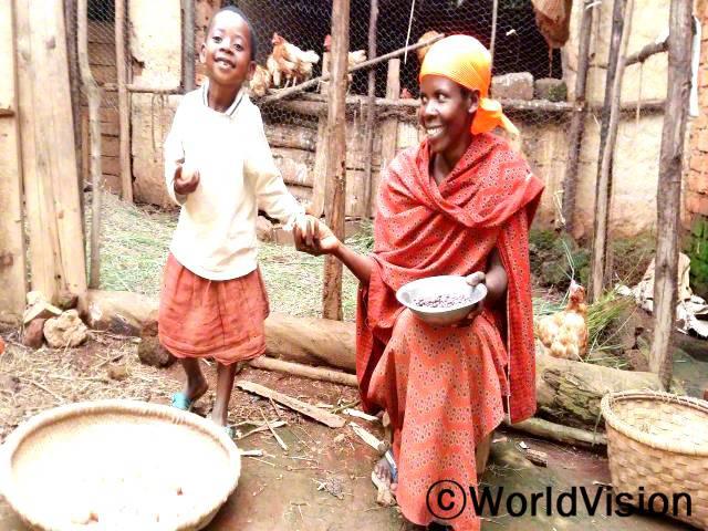 어머니인 잔베르는 이제 달걀을 팔아서 수입이 생겼고, 자녀들은 달걀을 먹어서 더 건강해졌어요.년 사진