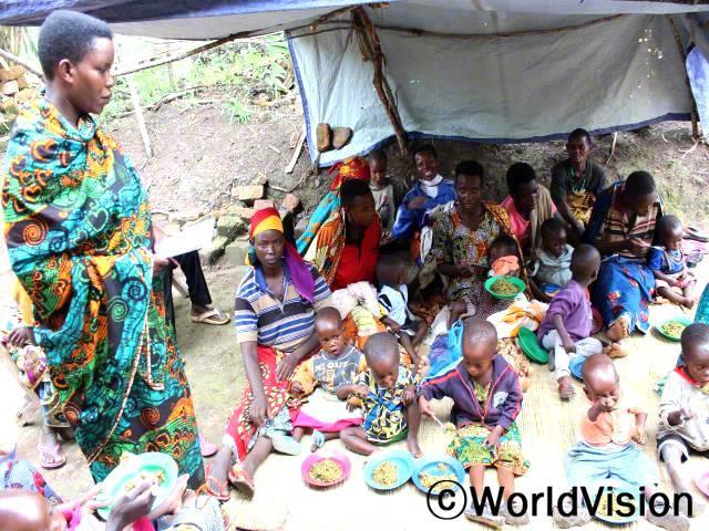 """""""영양실조에 걸린 마을 아이들의 건강이 많이 회복됐어요! 월드비전에서 주최한 영양 교육을 받고, 지역 농산물로 영양가 있는 음식 만드는 법을 배웠어요.아이들은 지역 재료로 만든 영양가가 풍부한 음식을 먹고, 지금은 건강하게 잘 지내고 있어요."""" - 크리스틴년 사진"""