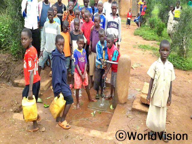 """""""학교에 수도시설이 생긴 덕분에 교실이 깨끗하고 친구들이 모두 건강해요. 실컷 놀고 나서 깨끗한 물을 마실 수도 있답니다.""""-에블린(9세)년 사진"""