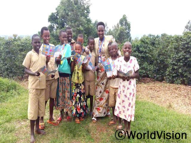부룬디 킨잔자 지역사업개발장 팀장인 라에티티아 가티만탄게레씨가 아동들과 함께 있는 모습입니다.년 사진