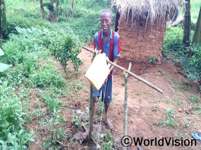 전에는 많은 아동들이 설사로 고생하곤 했어요. 월드비전이 위생 문제에 관해서 지역과 함께 일하고 나서부터는 아프지 않기 위해 어떻게 청결을 유지하는지 알게 되었어요. -보스코(10세)년 사진