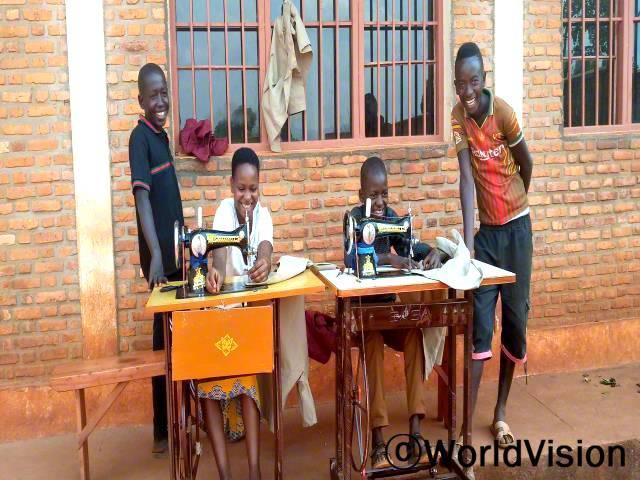 """""""월드비전의 도움으로 바느질 기술을 배워서 이제 부모님 도움없이 제가 필요한 것들을 살 수 있어요."""" -오르가 나이스(15세)년 사진"""