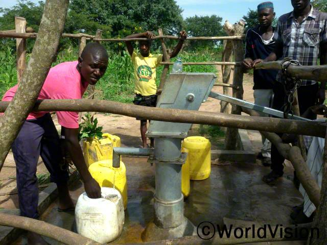 마을에 우물을 파서 깨끗하고 안전한 물에 접근하기 쉬워졌습니다.년 사진