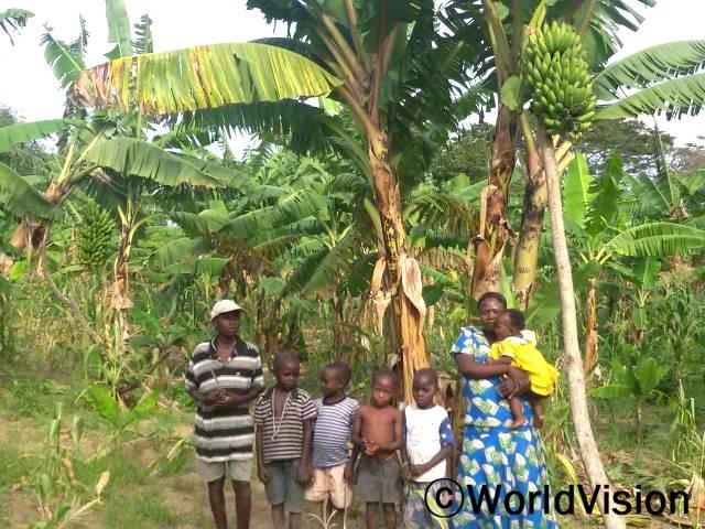 바나나 나무를 지원 받은 이후로, 저는 아이들을 위해 충분한 양의 바나나를 준비할 수 있게 되었고 경제활동을 하여 아이들의 학교 준비물도 챙겨줄 수 있게 되었어요. -으니스, 오른쪽년 사진