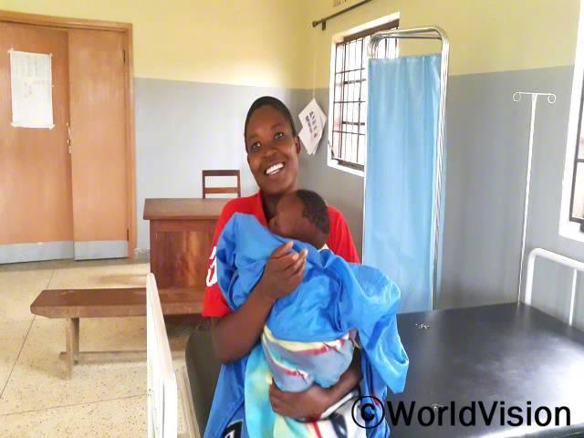 첫 아이를 잃고 나서 저는 건강하게 아이를 낳을 수 없을거라고 생각했어요. 임산부 서비스를 받기에는 거리도 멀고 비용도 높았어요. 그런데 집 근처에 산부인과가 생겼고, 저는 아이를 건강하게 낳을 수 있었어요. -마리(엄마)년 사진