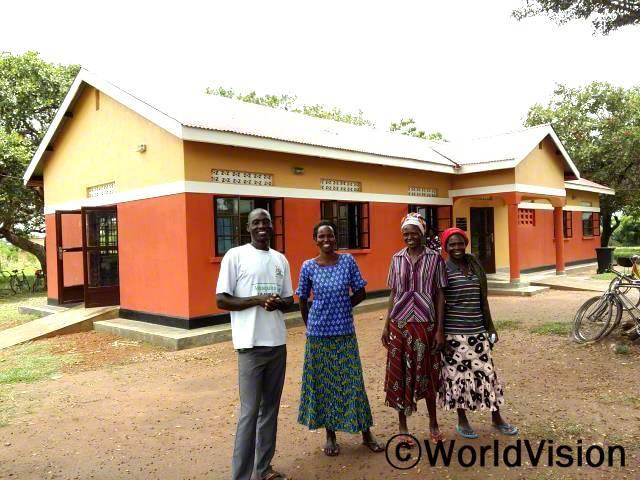 새 보건소를 지어주셔서 감사해요. 아이린(부모)이 말했습니다. 월드비전은 지역사회에 새 보건소를 짓는 걸 지원했습니다.년 사진