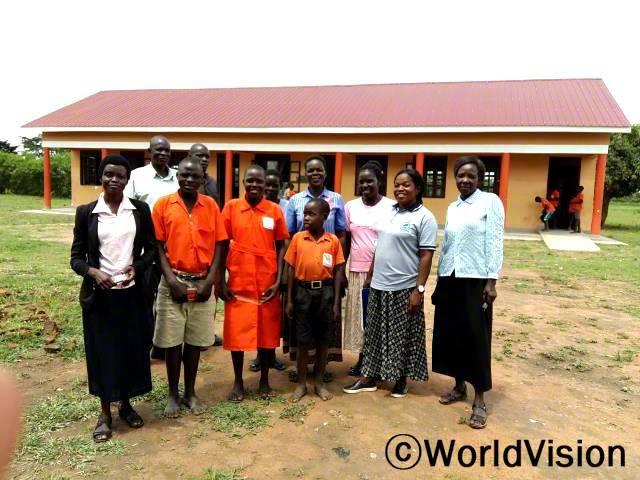 이제 학생들이 공부할 수 있는 공간이 생겼어요. 리디아(교사)가 말했습니다. 월드비전은 지역사회에 새 교실을 짓고 교육환경을 개선하는데 도움을 주었습니다.년 사진