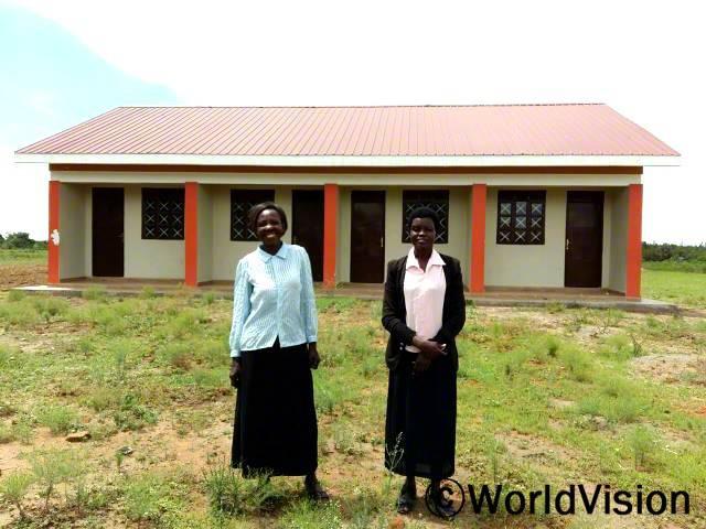 새 교직원숙소를 만들어 주셔서 감사해요. 자넷(선생님)이 말했습니다. 월드비전은 마을에 새 교직원 숙소를 지원했습니다. 새 교직원 숙소 덕분에 선생님들이 수업시간에 제 때 도착할 수 있게 되었습니다.년 사진