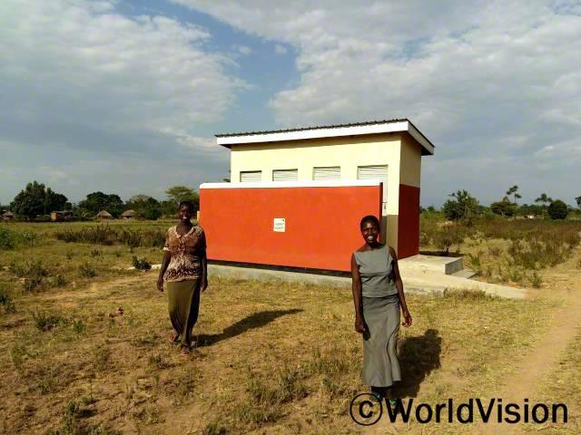 월드비전에서 교사 화장실을 지어주어, 교사들도 깨끗한 화장실을 이용하며 위생관리를 하고 있습니다.