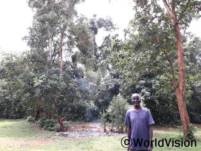 """월드비전은 농부들을 대상으로 마을의 자연 환경을 보존하는데 나무가 얼마나 중요한 역할을 하는지에 대해 교육했습니다. """"저희는 자연 환경을 보호하기 위해 매달 나무를 심고 있습니다."""" –조지(농부)년 사진"""