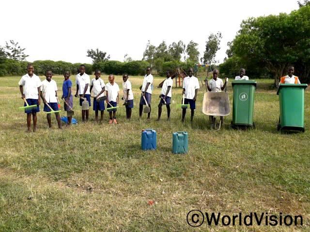 """월드비전은 깨끗한 교육환경을 만들기 위해서 학교에 청소 도구를 지원했으며 아이들에게 위생교육을 실시했습니다. """"저희는 청소 도구를 가지고 학교를 깨끗이 청소하고 있어요."""" –디파스(13세)년 사진"""