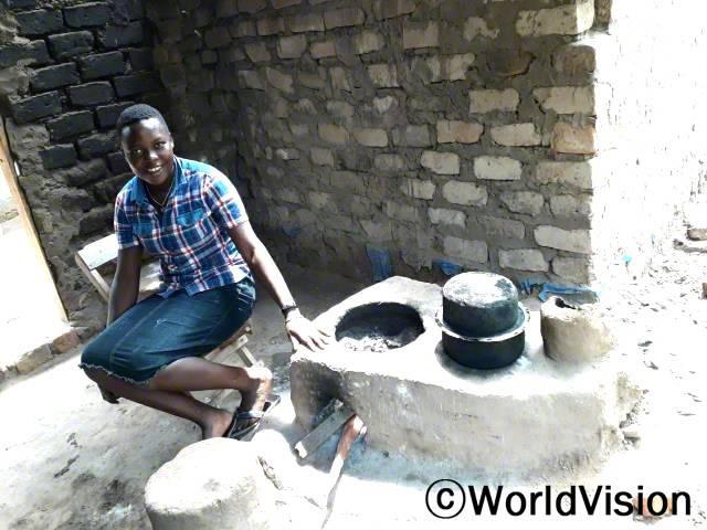 """월드비전은 마을 주민들에게 에너지 절약형 화덕 만드는 법을 교육했습니다. """"저희 가족은 이제 화덕을 이용해 음식을 만들며 에너지 절약을 실천하고 있어요."""" –피오나(21세)년 사진"""