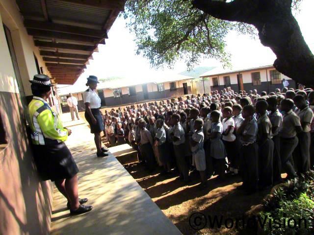 저희 학교에서 안전교육을 진행해준 월드비전과 경찰분들에게 감사해요. 우리는 이제 안전하게 길을 건널 수 있으며 길가에서 친구들과 공놀이를 하지 않아요. -센다일(12세)년 사진
