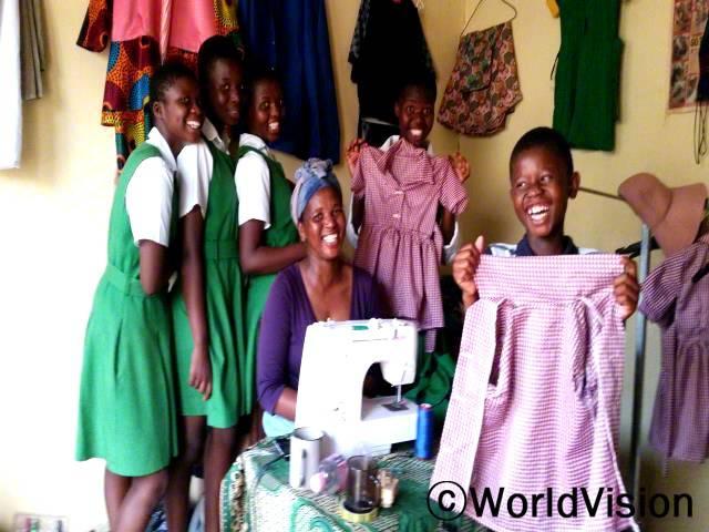 젤라니(재봉사)는 재봉기술을 배운 후 작은 가게를 열어 자녀들을 더 잘 지원할 수 있게 되었습니다.년 사진