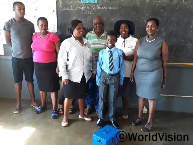 저축그룹에서 교복과 신발을 지원해 주셨어요. 저축이 누구에게나 중요하다는 것을 배웠어요. 저는 이제 다른 아이들처럼 학교에 다닐 수 있게 되었어요. 오웨투(12세, 넥타이를 맨 아동)년 사진