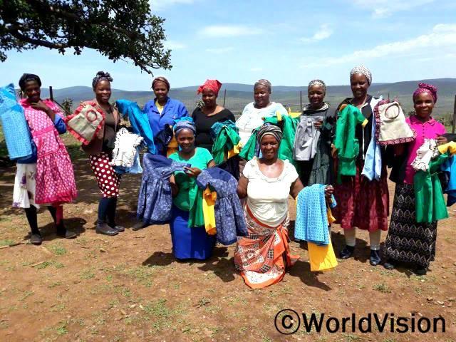 """""""월드비전의 도움으로 재봉 기술을 배워 직접 만든 교복을 학교와 마을 사람들에게 판매하고 있어요. 덕분에 소득이 점차 안정되어 가족의 끼니를 잘 챙길 수 있게 되었답니다."""" –부시웨(50세)년 사진"""