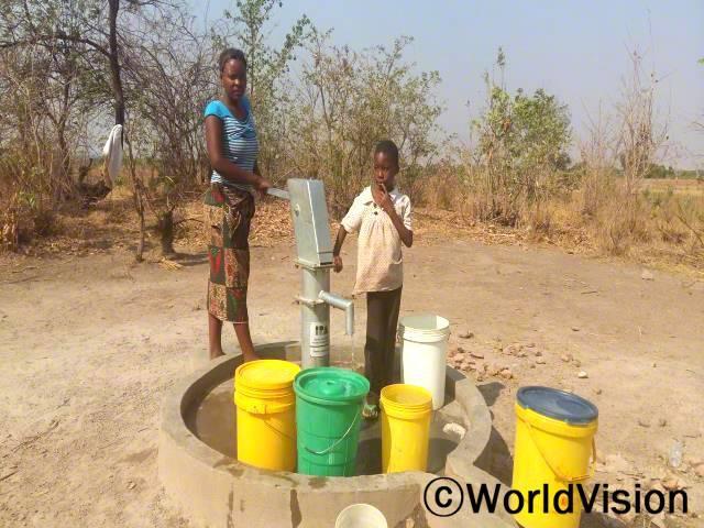 """""""후원자님과 월드비전의 도움으로 저희 마을에 10개의 식수시설이 생겼어요."""