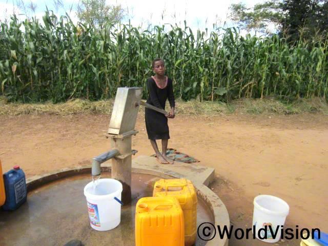 식수시설이 생기고 난 후, 설사가 줄었어요. 그리고 저는 물을 긷기 위해 장거리를 걷지 않아도 돼요. -도린(10)년 사진