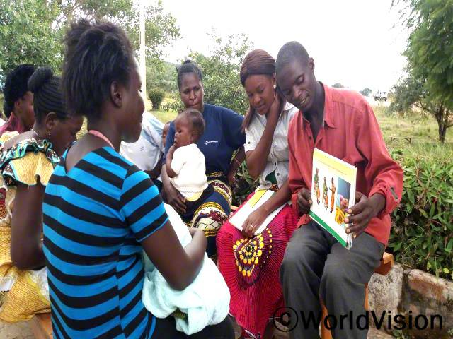 여성의 출산 전후에 도와주는 남성의 수가 늘어난 게 정말 기뻐요. 월드비전이 의료 자원봉사자들에게 도구들도 지원해 줬어요. -데니스(지역사회 보건의료인)년 사진