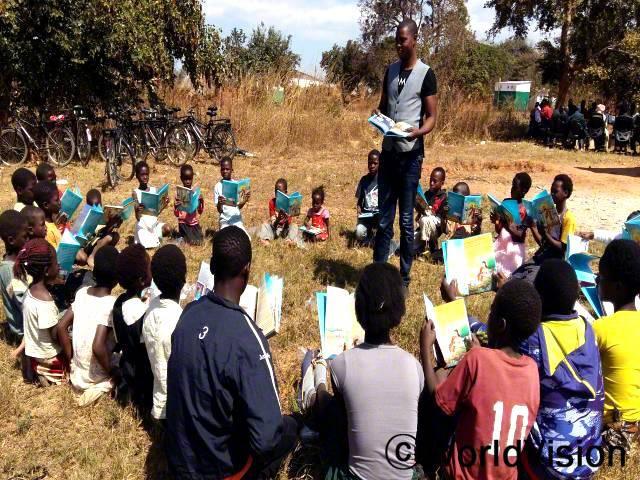 월드비전이 아이들과 선생님들이 읽을 수 있는 책을 지원해 주셔서, 훨씬 더 많은 아이들이 활동에 참여하게 됐어요. -잭슨(29세, 교사)년 사진