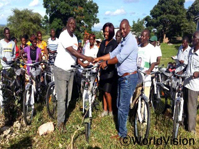 월드비전이 보건소에 자전거 70개를 지원해 준 덕분에 지역사회에 더 많은 아동과 임산부 그리고 수유부들이 의료서비스를 성공적으로 받을 수 있게 되었습니다. -음시스카(의사, 지역사회 보건소장)년 사진