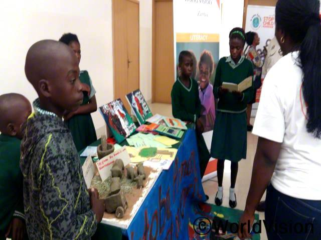 월드비전의 참여로 35명이 넘는 지역사회 학생들이 아동조혼 캠페인을 열고 관료와 관계자들 앞에서 아동 권리에 대한 의견을 낼 수 있었었어요. -프리티(10세)년 사진