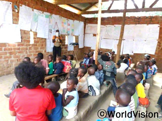 월드비전에서 후원해 준 8번의 독서캠프 덕분에 지역사회에 글을 읽을 줄 아는 아동의 수가 엄청나게 늘었어요. -피어슨(39세, 독서캠프 자원봉사자)년 사진