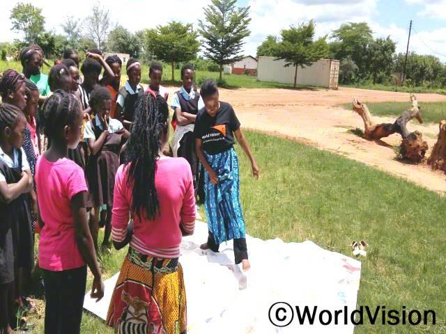 지역개발사업장 팀장 토웰라 음주마라와 함께 있는 잠비아 총궤사우스 아동들입니다.년 사진