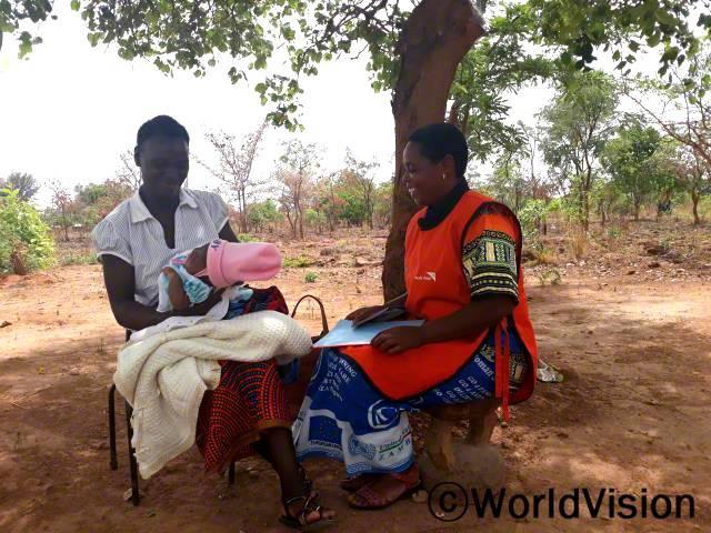 """""""저희 자원봉사자들은 월드비전에서 교육을 받고, 총 257명의 어머니와 522명의 임산부에게아동 건강과 영양에 대한 교육을 진행했어요."""" - 소피아(46세, 자원봉사자)년 사진"""