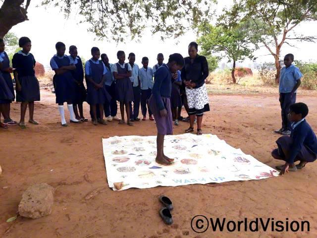 학생들이 학교와 집에서 위생 교육을 받게 되어 정말 기뻐요. -클라리스(37세, 교사) 월드비전은 학생들에게 위생용품을 제공하고위생습관을 기르도록 지원했고, 총 89명의 남녀 학생들이 위생 훈련에 참여했습니다.년 사진