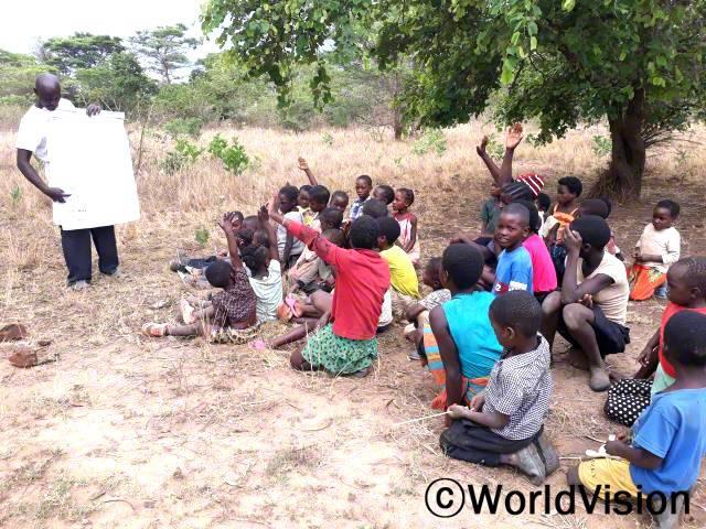 마을 아동들이 독서 교실에 참여하여, 취학 전에 읽고 쓰는 법을 익히게 되어 정말 기뻐요. - 페어슨(41세, 독서교실 진행자)년 사진
