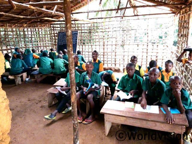 새 교실이 맘에 들어요. 공간이 더 넓어졌어요. 이제 더 많은 아동을 위한 방이 생겼어요. -아마라(10세, 첫 줄 오른쪽에서 세 번째 아동)년 사진